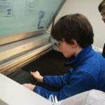 Felix beim bestücken des Lasercutters